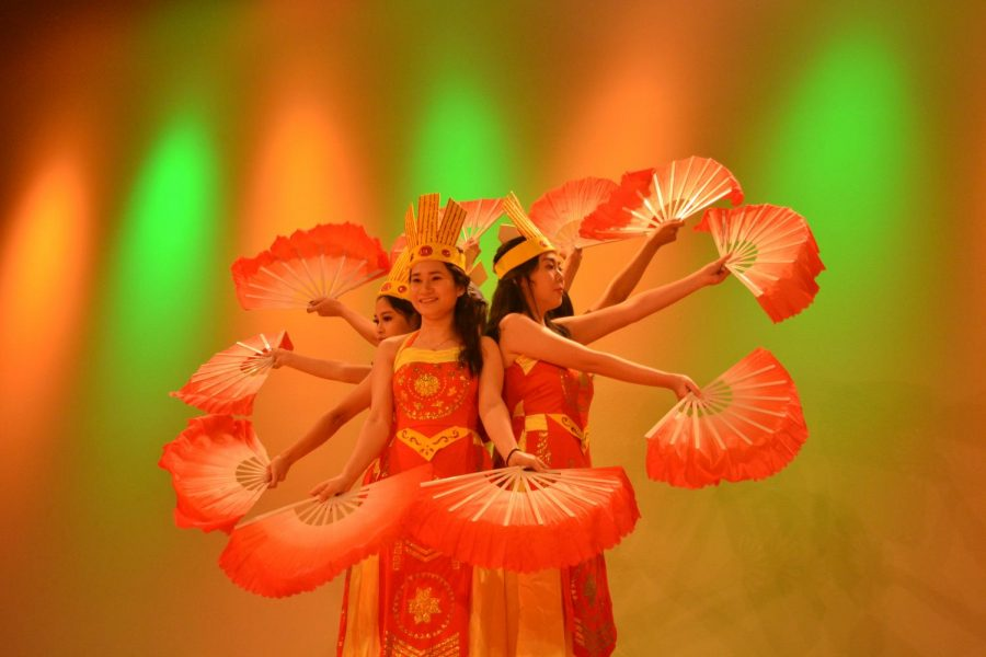 Members+of+the+Vietnamese+Student+Association+performed+a+traditional+dance+to+the+song+%E2%80%9CDat+Nuoc+Loi+Ru.%E2%80%9D